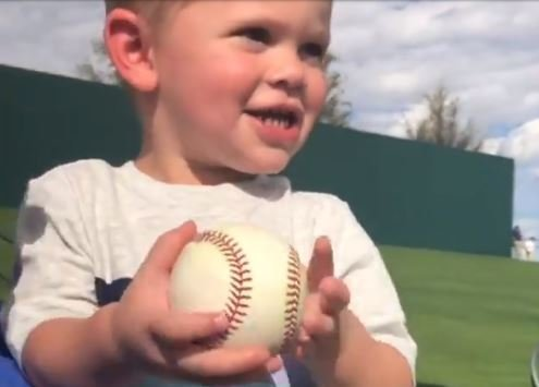 WATCH: Cubs outfielder throws baseball to adorable son in stands
